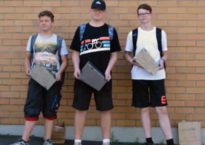 3 Schüler mit Feuerkorb